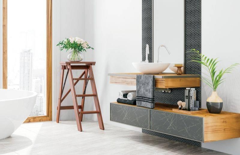 Salle de bain contemporaine avec vanités combinant un effet bois, marbre et une mosaïque murale noire.