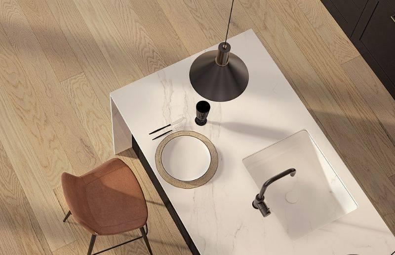 Salle à manger avec plancher de bois de couleur beige