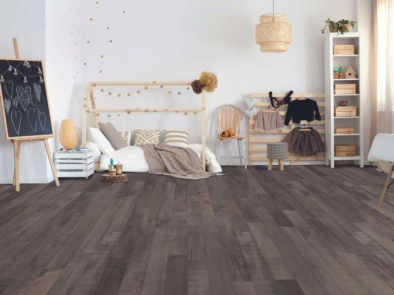Chambre avec plancher de bois