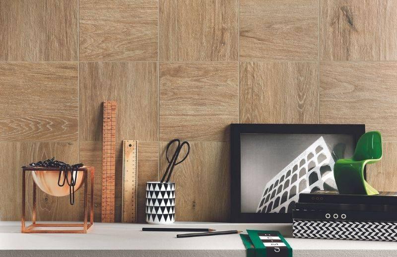 Décoration intérieur avec porcelaine et mur effet bois