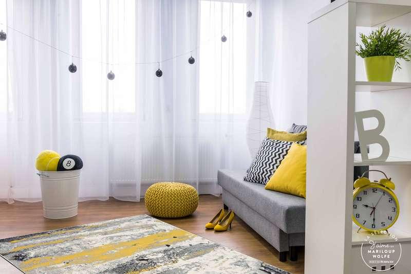 La carpette Pizzazz aux teintes de gris, de blanc, de noir et de jaune tendance