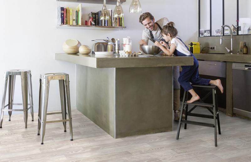 Plancher de vinyle dans une cuisine aux tons pâles et naturelles