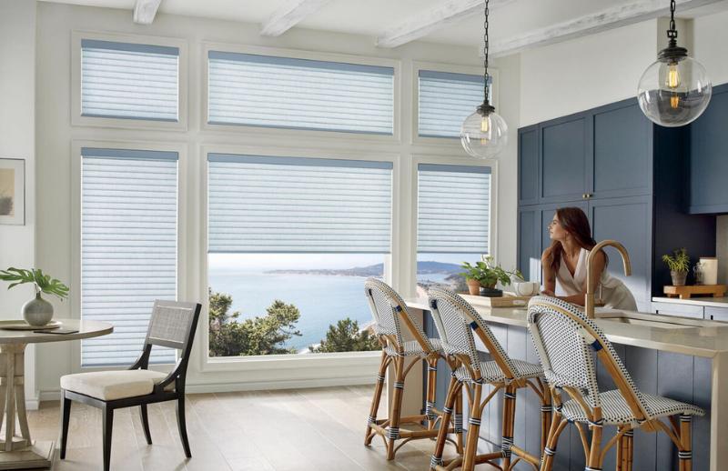 Habillage de fenêtre dans une cuisine aux contrastes blancs, bleus et boisés