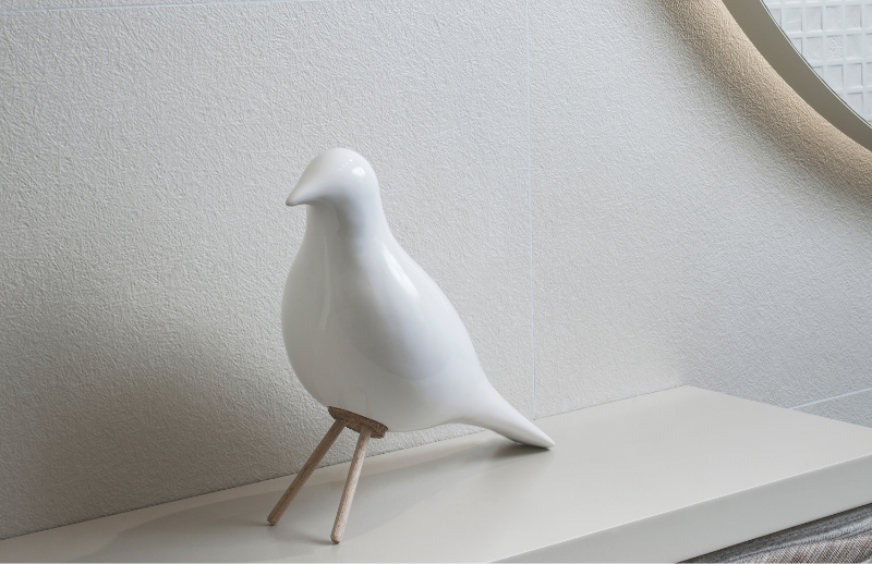 Céramique murale blanche avec accessoire en porcelaine