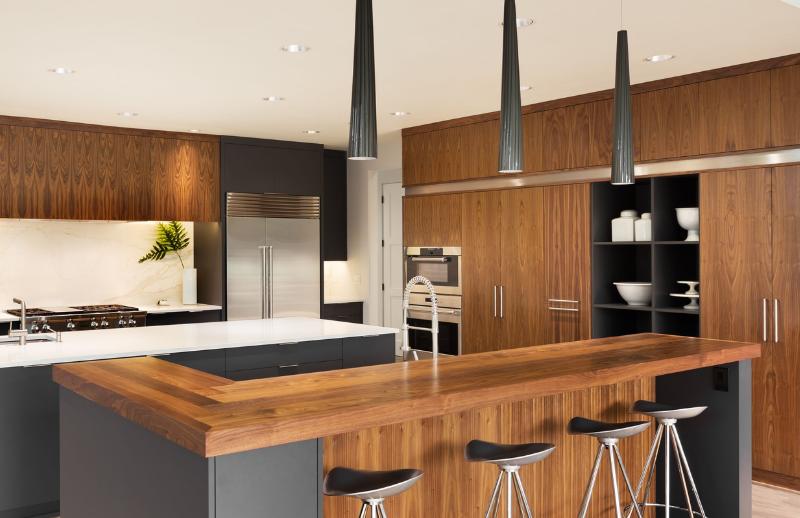 Luminaires noirs dans une cuisine moderne