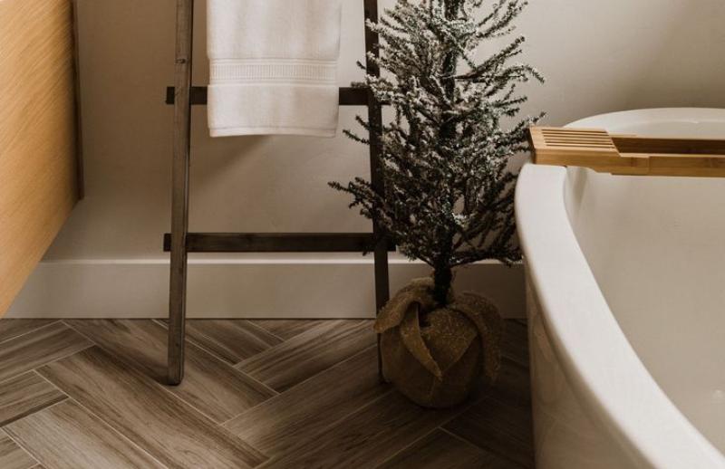 Plancher en chevron dans une salle de bain